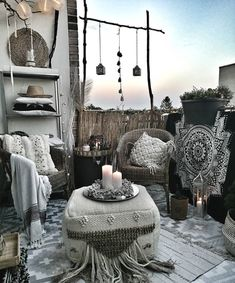 A seating area in BLACK AND WHITE BOHEMIAN style. Lots of patterns & textures. L Bohemian House Decor area Black Bohemian lots patterns seating Style textures White White Bohemian, Bohemian Decor, Bohemian Style, Bohemian Living Rooms, Living Room Decor, Happy Evening, Balkon Design, Deco Boheme, Outdoor Seating Areas