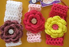 Free Crochet Patterns for Baby Headbands with Crochet Flowers. Crochet these delightful Baby Headbands so quick and easy yet so fashionable and Cute Crochet Simple, Crochet Diy, Crochet For Kids, Crochet Crafts, Crochet Projects, Diy Crafts, Bandeau Crochet, Crochet Headband Pattern, Crochet Patterns