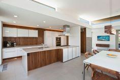 Cucina moderna bianca con finiture in legno dai colori caldi naturali