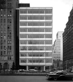 Pepsi Cola building in NYC by the architect Gordon Bunshaft/SOM. I love the transparancy and lightness of this building. It's unobtrusive and clean looking. It could have been designed by Sejima/SANAA.