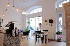Ausnahmsweise - Vegane Torten im 6. Bezirk Lokal, Vienna, Table, Furniture, Glutenfree, Cities, Home Decor, Pictures, Fresh Coffee