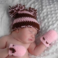 Crochet newborn Hat and Mittens …FREE pattern Crochet Baby Mittens, Newborn Crochet Patterns, Crochet Baby Clothes, Crochet Gloves, Baby Knitting, All Free Crochet, Crochet For Kids, Crochet Crafts, Crochet Projects