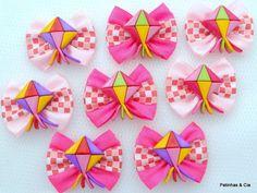 Laços de Festa Junina confeccionados em fita de cetim lisa e xadrez (vermelha/rosa) com acabamento em botão balãozinho. Com elástico para amarrar. Um mimo para o seu pet durante o período de festas juninas! Medidas: 4,5 x 3,5 cm Você pode escolher entre: - embalagem padrão contendo 10 par... Dog Hair Bows, Kanzashi, Hair Decorations, Ribbon Hair, Cute Bows, How To Make Bows, My Baby Girl, Pet Shop, Baby Headbands