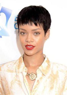 El pelo corto realmente atrae la atención a las facciones y Rihanna hizo lo correcto eligiendo tonos neutros para mantener el estilo suave. Un poquito de naranja fluor en los labios le da el color justo para levantar el rostro, a la vez que añade un toque de glamour estilo alfombra roja