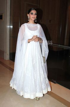 Sonam Kapoor in Designer White Floor Length Full Long Anarkali Dress of Rohit Bal with Close Hair Style and Long Earrings Simple Dress Casual, Simple Dresses, Casual Dresses, Fashion Dresses, Kurta Designs, Kurti Designs Party Wear, Indian Gowns Dresses, Pakistani Dresses, Flapper Dresses