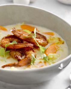 Dit Aziatisch soepje met Chinese kool, gember en kokosmelk is pure verwennerij, zeker met de pittige gebakken scampi erbij.
