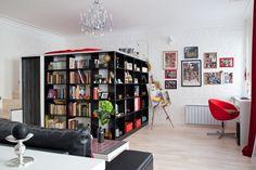 Фотография: Гостиная в стиле Современный, Лофт, Малогабаритная квартира, Квартира, Цвет в интерьере, Дома и квартиры, Стены, вместительная гардеробная, второй ярус – фото на InMyRoom.ru