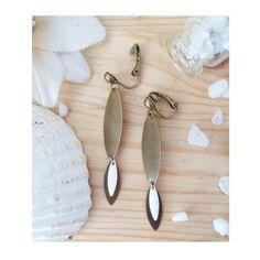 ▲ ELIZ ▲ Boucles d'oreilles montées sur des clips avec un sequin émaillé blanc en forme de losange ! ! : Boucles d'oreille par elora