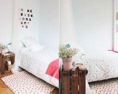 Vi er vilde med dette hvide og lyserøde polka dot tæppe. De lyserøde kugler giver tæppet et feminint touch og er perfekt til den romanstiske boligstil. Tæppet er speciallavet til en kunde. Ønsker du også at skabe dit helt eget unikke tæppe så se mere her: http://www.sukhi.dk/shop/kugletaepper/brugerdefineret.html  Pris fra: 149 kr