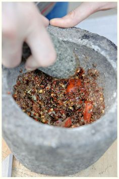 Para mejores resultados, puedes moler las especias en un mortero