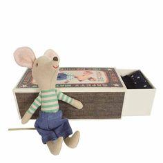 Cette adorable petite souris dort paisiblement dans sa boîte d'allumettes. Un petit matelas et une couverture lui tiennent chaud. Une jolie création à mettre entres toutes les mains signée Maileg. D: 8 x 11,5 x 5,5 cm. Hauteur souris : 10 cm. 19,50 € http://www.lafolleadresse.com/peluches-et-doudous/1977-souris-dans-sa-boite-d-allumettes-maileg.html