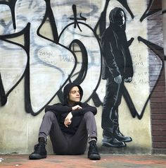 <Rami Malek> <graffiti Elliot Alderson>