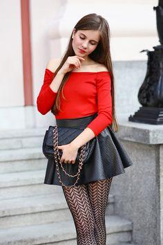 ...help! I have nothing to wear! - kobiecy blog o modzie: Czerwona bluzka, skórzana spódniczka i wzorzyste czarne rajstopy