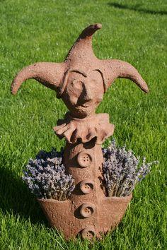 šašek keramickě socha šaška, vyroben z červené šamotové hlíny, pálen na vysoko, použití di interiéru i exteriéru..... 2 velké kapsy, mohou sloužit na cokoliv...na suché květy, na vysazené kytky, na sukulenty, ale i na drovnosti , cukrovinky, prostě dle vaší fantazie, na pro Vás důležité věci.... výška:53cm, v nejširším bodě 32 cm preferuju osobní odběr,