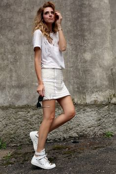 CHIARA FERRAGNI SNEAKERS THE END TSHIRT CHANEL SUNGLASSES