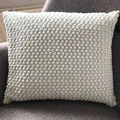 Gratis hækleopskrift på boblepude Crochet Home, Diy Crochet, Crochet Crafts, Crochet Projects, Diy Projects, Crochet Ideas, Knitted Cushion Pattern, Knitted Cushions, Crochet Pillow