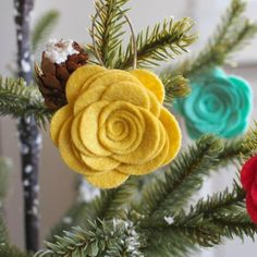 Make these adorable felt flowers for your Christmas tree. Easy DIY tutorial.