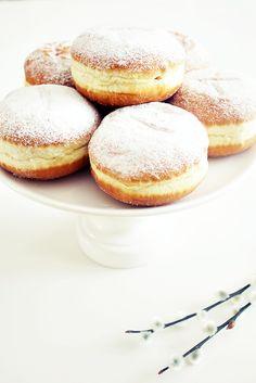 Berliner Eine beliebte Süßspeise, die man in jeder Bäckerei kaufen kann und die meist mit Konfitüre gefüllt ist.