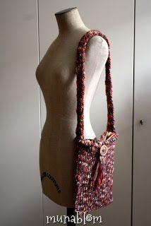 FIRE: Borsa in lana tessuta tramite telaio manuale, con tracolla in lana e bottone con cappio per chiusura.