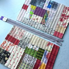 Patchwork tote bag sewing tutorial using charmpacks Patchwork Bags, Quilted Bag, Patchwork Quilting, Quilts, Fabric Purses, Fabric Bags, Fabric Scraps, Bag Patterns To Sew, Quilt Patterns