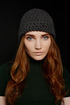 Minimalistická+šedá+čepice+Jednoduchá+háčkovaná+čepice.+Fotograf+Ann+Turková+Modelka+Elis