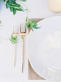 Clean, modern wedding inspiration with copper accents by Callie Manion Photography, designed by Lindsey Zamora Minimalism Living, Modern Minimalist Wedding, Minimal Wedding, Modern Wedding Inspiration, Wedding Place Settings, Copper Accents, Wedding Decorations, Table Decorations, Botanical Wedding
