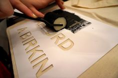 Jutebeutel DIY: Mit Schablone und Textilfarbe bedrucken