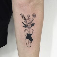 "1,622 Likes, 31 Comments - Isabel Chong (@chong_ink) on Instagram: ""Floresss ✖️ Orçamentos e agendamentos  chong.tattoo@outlook.com #tattoo #fineline #blackworker…"""