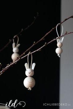 schlichte Osterhasen aus Holzkugeln als Osterdeko im Skandi-Look