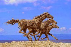 Incríveis esculturas de cavalo com detritos de troncos de madeira - AC Variedades