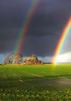 Somewhere over the rainbows! This beautiful photo taken in Mont Saint Michel in Normandy, France, shows a double rainbow. The optical effect of a rainbow is formed as sunlight enters a raindrop. Rainbow Magic, Rainbow Sky, Love Rainbow, Over The Rainbow, Rainbow Colors, What A Wonderful World, Beautiful World, Beautiful Places, Beautiful Beautiful