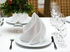 5 tips on how to choose the right napkin folding technique for you! - Decoration Solutions 5 tips on how to choose the right napkin folding technique for you! White Christmas, Christmas Time, Xmas, Christmas Place, Easy Napkin Folding, Ostern Party, Holiday Tables, Decoration Table, Tablescapes