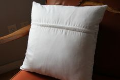 Easy zipper tutorial for pillows - on The Undercover Crafter