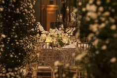 Cristais, lustres, prataria, móveis de peso e uma profusão de flores brancas. Os noivos deste casamentoapostaram numadecoração clássica e gradiosa,assin