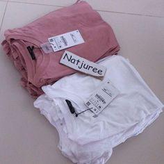 "ZARA : เสื้อสีขาว สีชมพู แบบที่แม่เป้ยใส่ ไปเอาของมาเรียบร้อยแล้วนะคะตอนนี้ว่าง...สีขาว S = 3 ตัว...M = 2 ตัว ค่ะขายราคาป้าย 590 + หิ้ว 150 + ems 50 = 790 บาท ค่ะหมดแล้วหทดเลยนะคะล๊อตนี้รีบเลยจ๊ะสนใจ line : natjuree ค่ะ size S ยังไม่ยืด อก 32"" size M ยังไม่ยืด อก 33"" size L ยังไม่ยืด อก 34"""