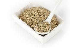 La alimentación macrobiótica en invierno. La macrobiotica tiene como base principal los cereales y granos. Es una forma de alimentación que trata de evitar los alimentos procesados y apostar por los vegetales frescos, legumbres, cereales, etc. Utiliza vegetales como las algas, ricas en minerales y una serie de condimentos y sal