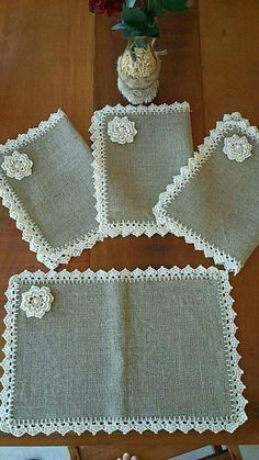 This Pin was discovered by Zeeideiasfelizesdeco rendas e crochetDiscover thousands of images about Burlap Placemats Vintage Lace Flowers Shabby Chic by rusticproject Crochet Lace Edging, Crochet Fabric, Crochet Borders, Crochet Doilies, Knit Crochet, Crochet Kitchen, Crochet Home, Burlap Crafts, Diy And Crafts