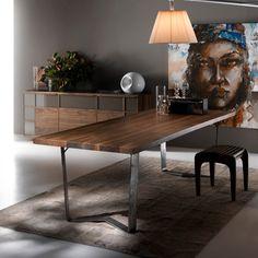 Tavoli e sedie di diversi stili e modelli, in legno, vetro e metallo, delle migliori marche