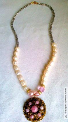 Κολιέ με μαργαριτάρια, κρυστάλλους και αντικέ μοτίφ με ημιπολύτιμες πέτρες Beaded Necklace, Pendant Necklace, Charmed, Jewels, Fashion, Bangles, Pendants, Beaded Collar, Moda
