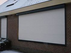 Montagebedrijf Bouman uit Brakel heeft in de sneeuw nog een rolluik geplaatst!