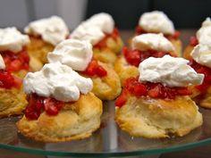 Hier bakken we Engelse scones. Sconedeeg hoef je niet te kneden. Een onsmiskenbaar onderdeel van elke high tea!.____