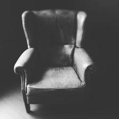 「#home #oldchair #stillevenfotografie #zwartwitfotografie #stil #darkhomestil blackwhite #zwartwit #fauteuil #minimal #BlacKeysExtraFine」