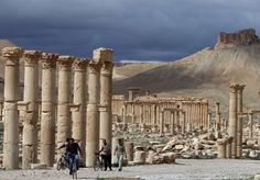 The fall to Islamic State group jihadists of the ancient Syrian city of Palmyra on Thursday has raised fears for the fate of the world heritage site and its priceless artefacts. Ancient Ruins, Ancient City, Ancient Artifacts, Monumental Architecture, Syrian Civil War, Empire Romain, Triomphe, World Heritage Sites, Monument Valley