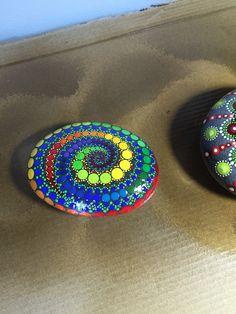 Finally finished the swirl pedras мандалы, ракушки e камни Mandala Painting, Dot Painting, Mandala Art, Stone Painting, Painted Garden Rocks, Painted Rocks, Hand Painted, Mandala Rocks, Stone Mandala