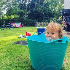 Het is heerlijk spelen in onze grote, zonnige tuin op de Sprookjescamping. Ons chalet is te huur! Kijk op de website voor meer informatie. Website, Chalets