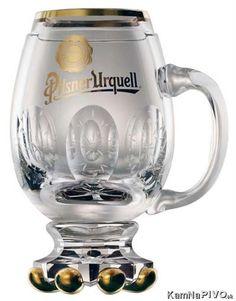 Rony Plesl navrhl originální skleněný krýgl Plzeňského Prazdroje pro Papeže Františka. Džbánek je ručně foukané, broušené a zlacené sklo. Mason Jar Wine Glass, Drinking, Beer, Mugs, Tableware, Bohemian, Ale, Root Beer, Beverage