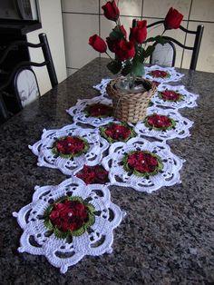Crochet Table Runner Pattern, Crochet Flower Patterns, Crochet Motif, Crochet Designs, Crochet Doilies, Crochet Flowers, Holiday Crochet, Crochet Home, Crochet Flower Tutorial