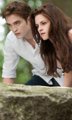 Twilight: Breaking Dawn – Part 2 - Edward Cullen Bella Swan (Robert Pattinson and Kristen Stewart) Saga Twilight, Vampire Twilight, Twilight Breaking Dawn, Twilight Cast, Breaking Dawn Part 2, Twilight Pictures, Twilight Movie, Bella Swan Vampire, Twilight Songs