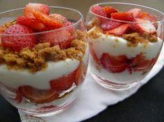 DÃcouvrez le parfait à la fraise un dessert lÃger dÃlicieux et incroyablement simple à rÃaliser ! DÃcouvrez le parfait à l… - Lombn Sites Desserts To Make, Sweet Desserts, Delicious Desserts, Strawberry Parfait, Strawberry Dessert Recipes, Strawberry Tiramisu, Mousse, Desserts With Biscuits, Food And Drink