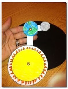 FREEBIE: Create your own model to show how the Earth orbits the Sun while the moon travels around the Earth planète soleil Terre Lune First Grade Science, Kindergarten Science, Middle School Science, Elementary Science, Science Classroom, Science Education, Teaching Science, Science Activities, Science Projects